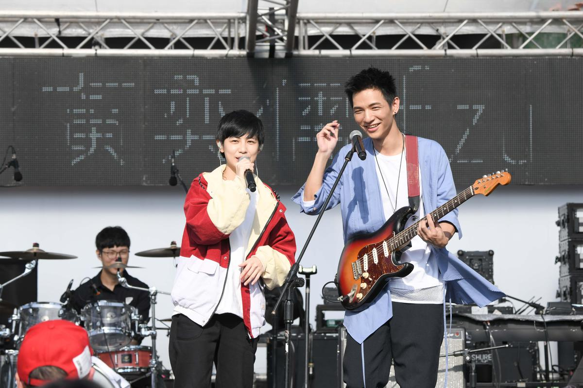黃奕儒請到魏嘉瑩與Arrow Band在「奇幻漂流舞台」合唱。(相信音樂提供)