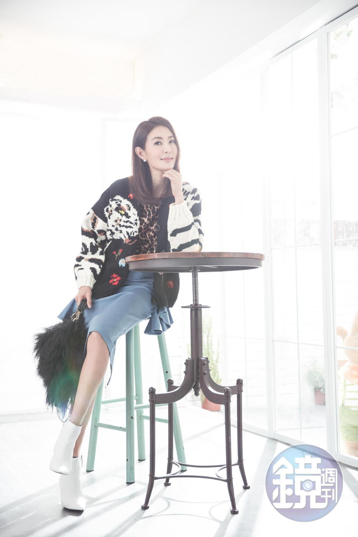 韓國小店買的豹紋上衣。約NT$2,500 SONIA RYKIEL動物圖騰毛外套。 約NT$49,000 Beige貼身窄裙。約NT$3,000 MONCLER毛毛包。約NT$60,000 ZARA白靴。NT$3,900