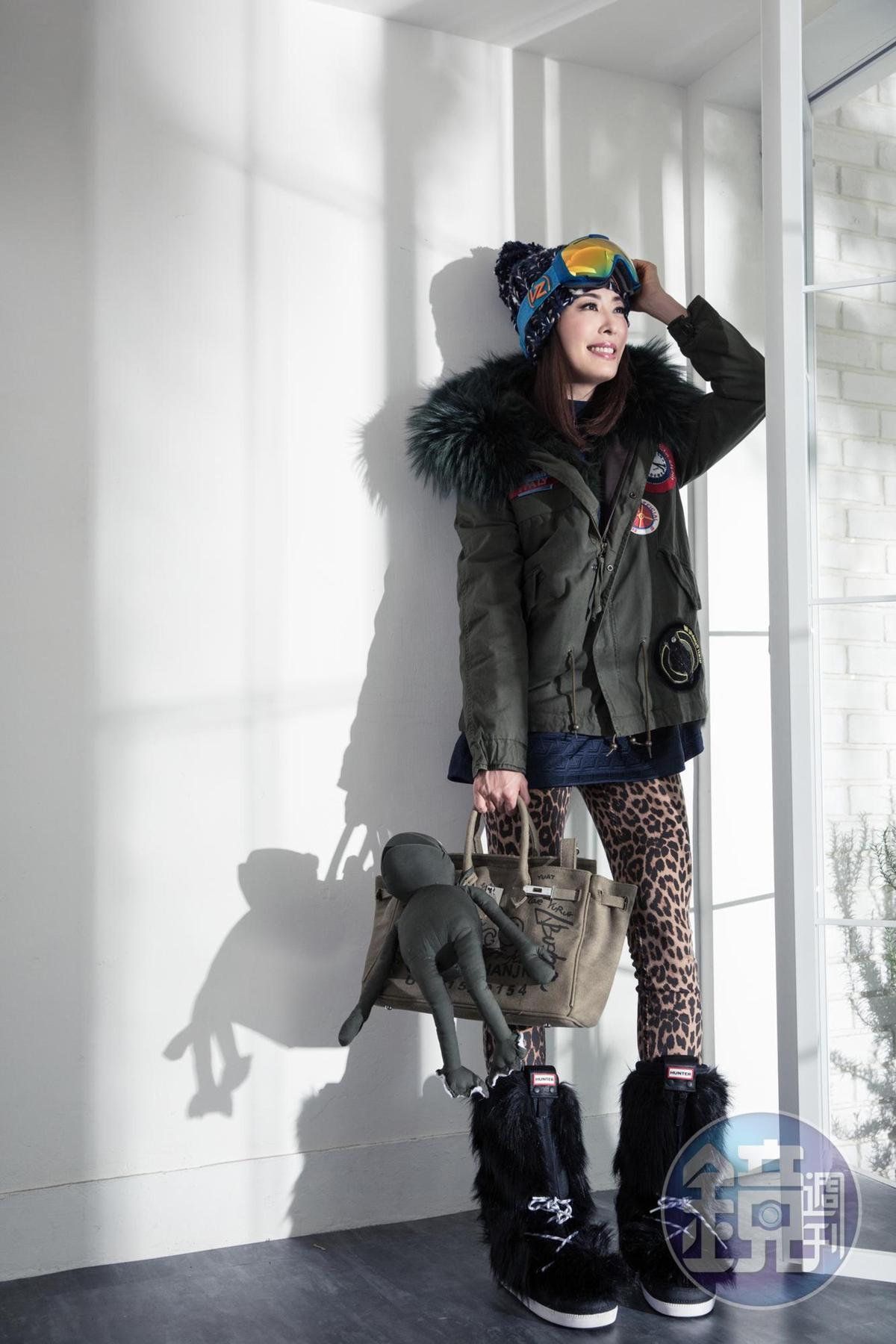 日本買的雪鏡。約NT$4,500 adidas絨布衛衣。約NT$3,200 Mr & Mrs Italy皮草外套。約NT$180,000 ZARA豹紋leggings。約NT$980 Beige軍綠色包款。約NT$3,500 HUNTER雪靴。約NT$18,000