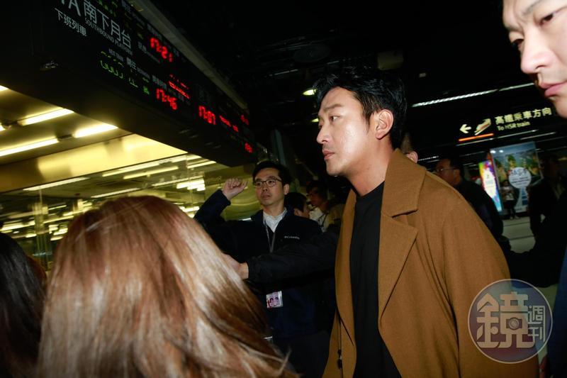 韓星河正宇乘坐高鐵準備下台中進行影廳見面會。