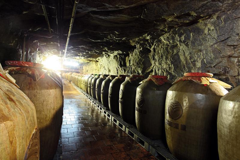 金門擁有許多防空戰備坑道,恆溫、恆濕、穩定酒質的特性,形成絕佳的窖藏空間,確保金門高粱酒品質穩定。
