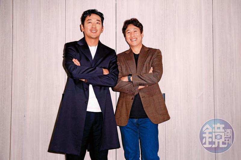 河正宇(左)和李善均近來密集跑電影宣傳培養出好默契,藉眼神就能交流。