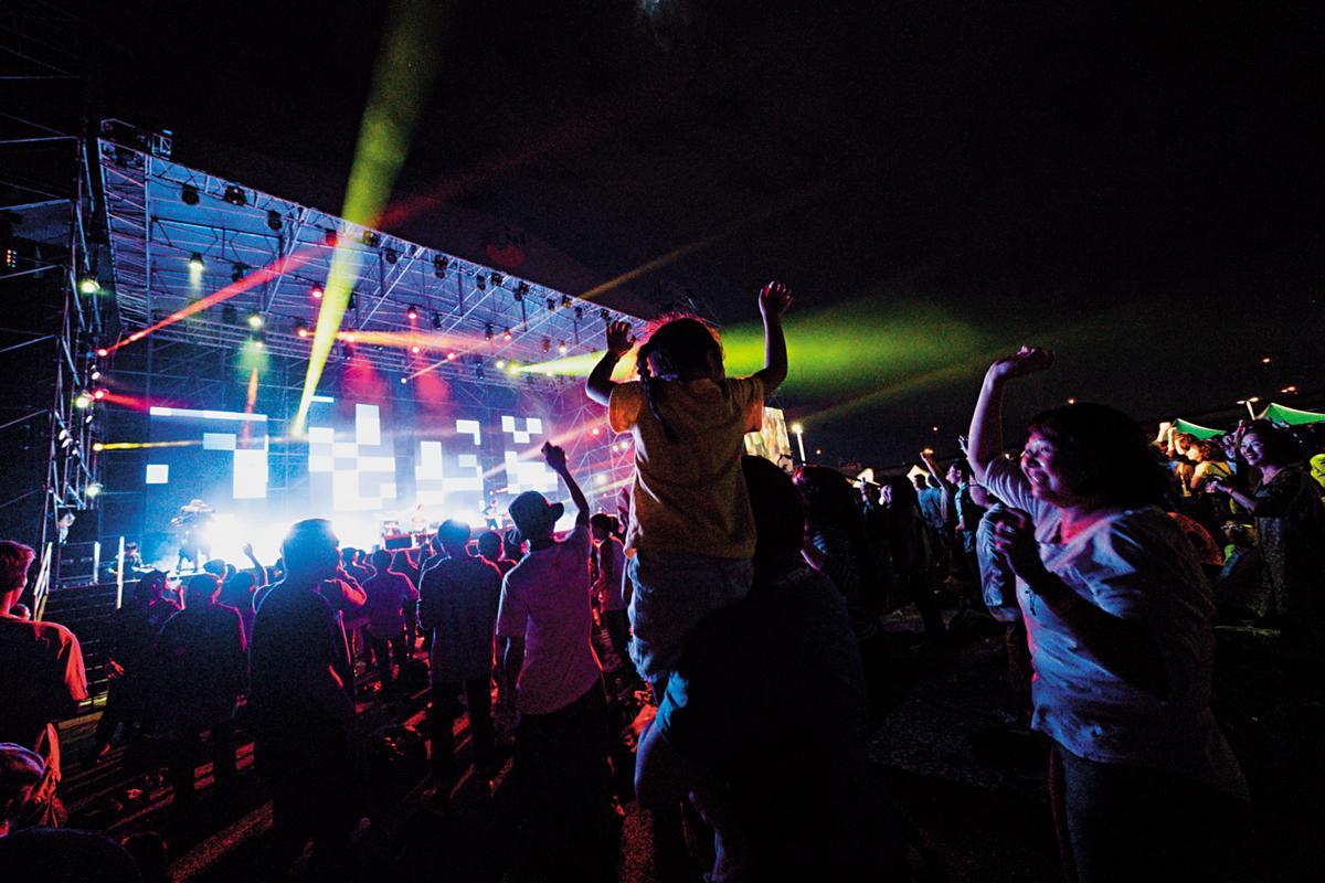 匈牙利音樂家合奏團Muzsikás,以吉普賽民謠別具特色的演出,讓台灣觀眾親身體驗異國情調,園區內上百攤市集(左下圖)吸引國外策展人目光。(風潮提供)