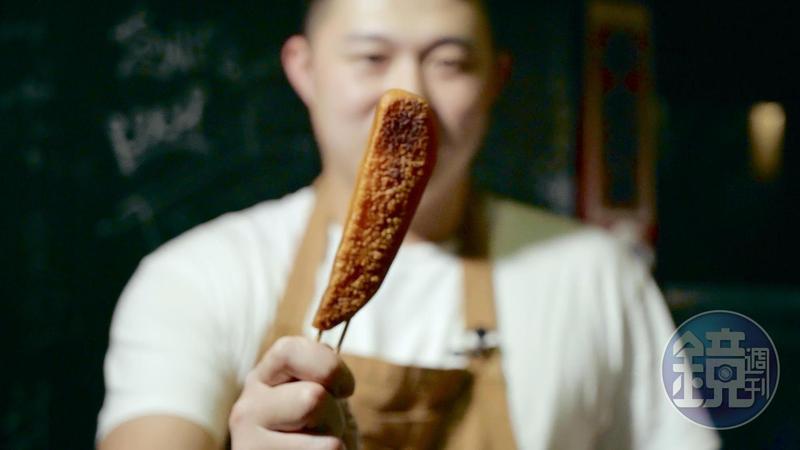 南部人豪邁烏魚子吃法,不切直接串半塊。