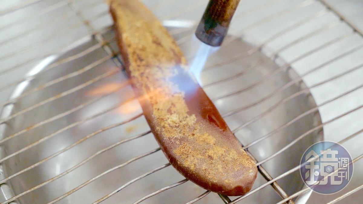 以瓦斯噴槍炙燒烏魚子表面可確保外皮香脆、內裡不過熟。