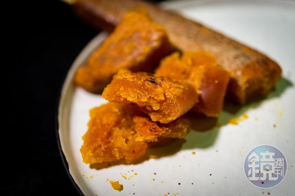 南部吃烏魚子不愛切,直接用手剝的豪邁吃法更對味。