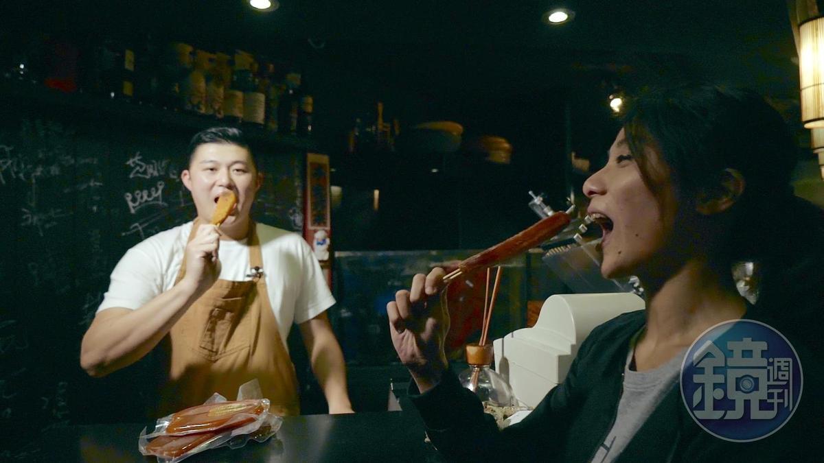 林敬堯將烏魚子切長條串竹籤,是店裡的超人氣吃法。
