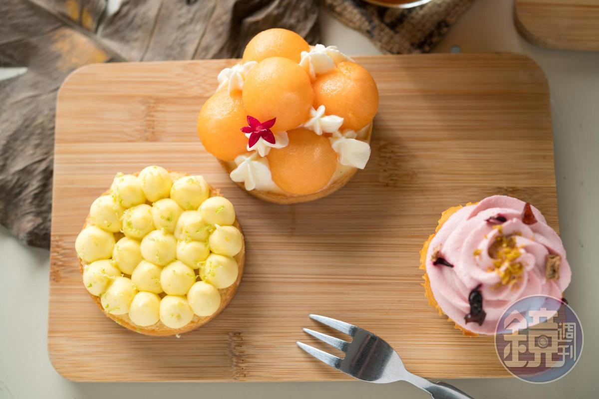 檸檬塔」(前,90元)為鎮店招牌,酸甜相間。「香草子卡士達哈密瓜塔」(左,100元)品嘗水果的鮮味。「覆盆子杯子」(右,60元)綿密可口。