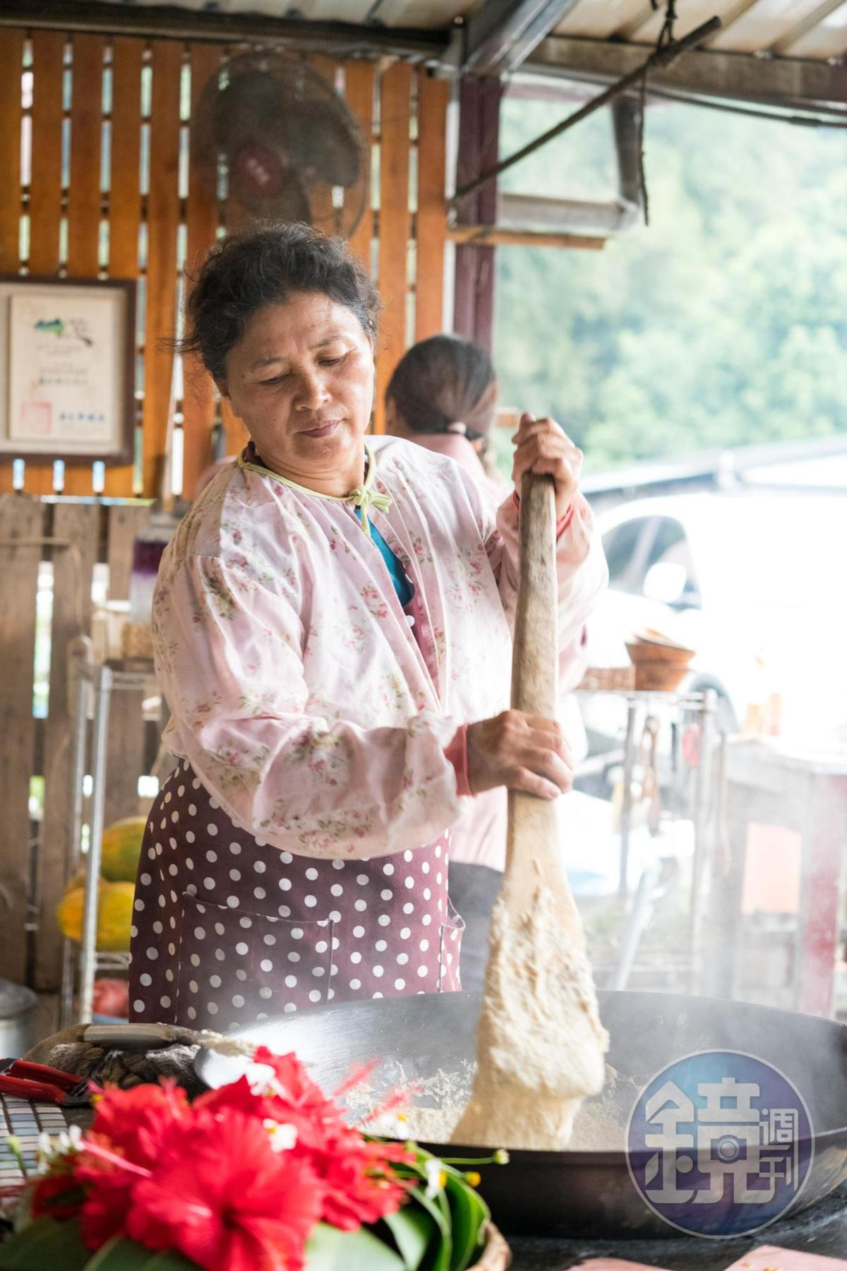 小米經由炭火慢慢攪拌,是很耗時費工的一道米食。