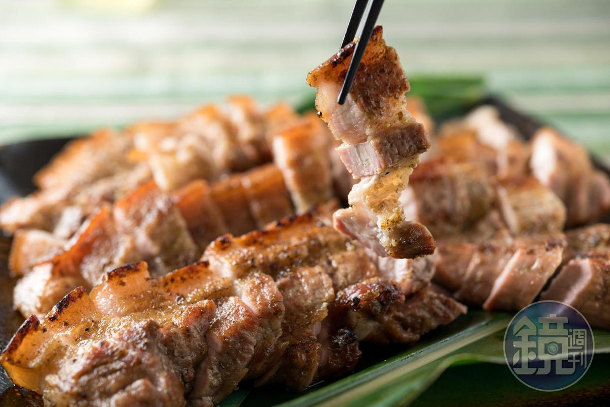 「烤山豬肉」檳榔老葉輔味,三層肉既彈牙又軟嫩相間。
