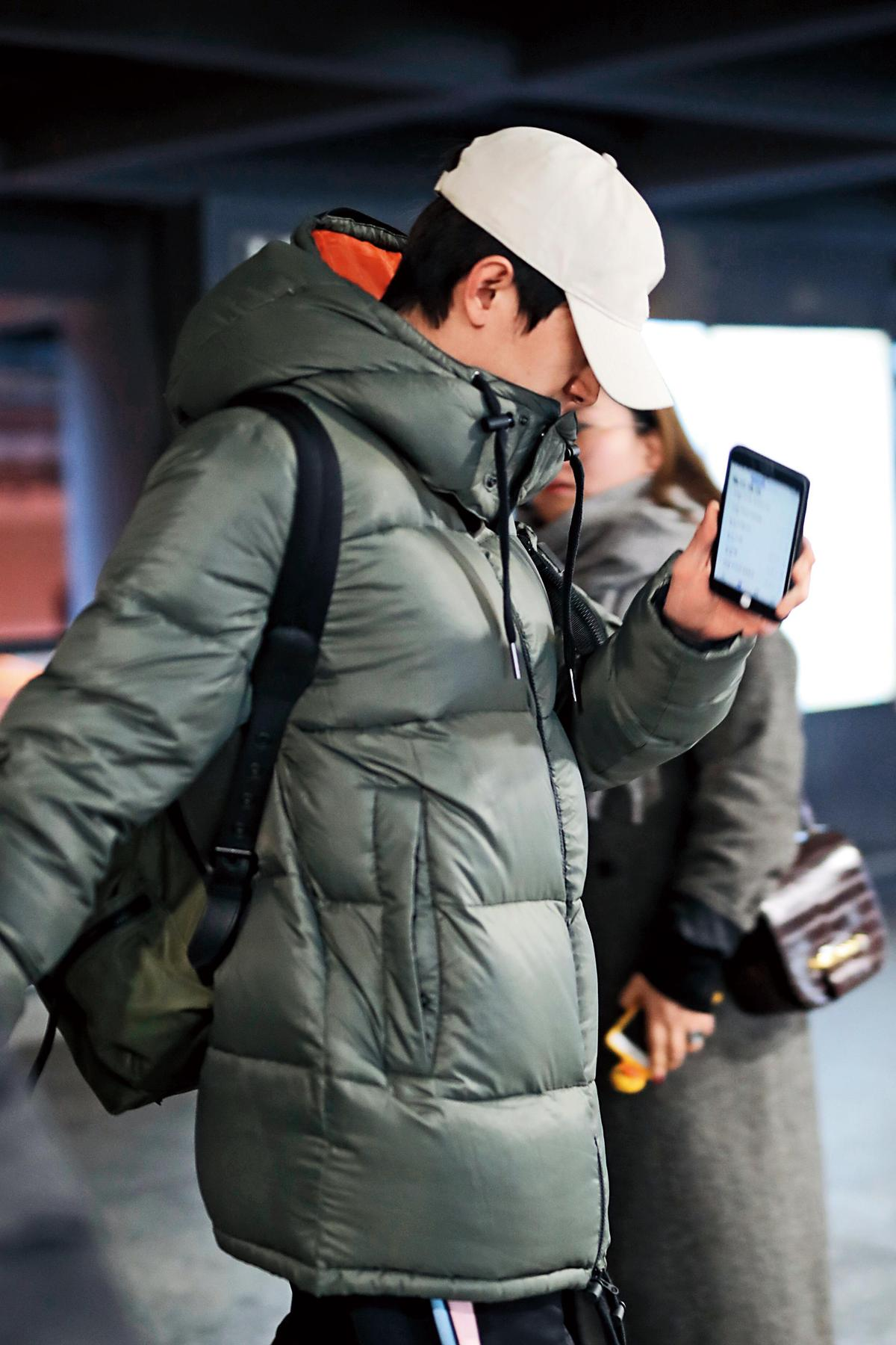 林更新出入機場時,被拍到持手機報平安,粉絲辦案說報平安的對象就是女友王麗坤。(東方IC)