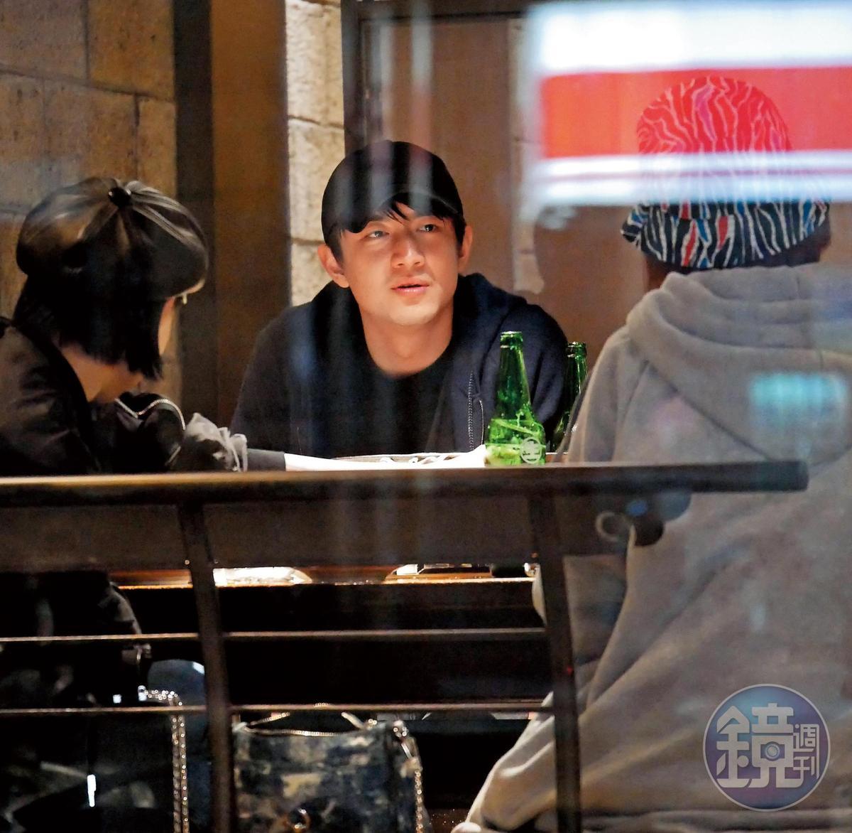 12月27日04:06,愛來台吃麻辣鍋的林更新,又被目擊在凌晨時分與2女1男在台北光復北路吃鍋。