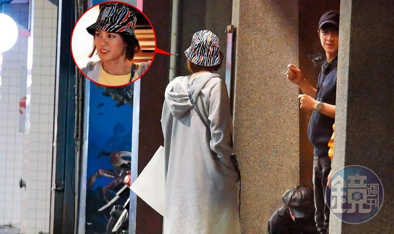 12月27日04:17,酒足飯飽,林更新和男性友人先外出解菸癮,戴著漁夫帽、長相清秀的新女友在旁等候,左手拿著白提袋。