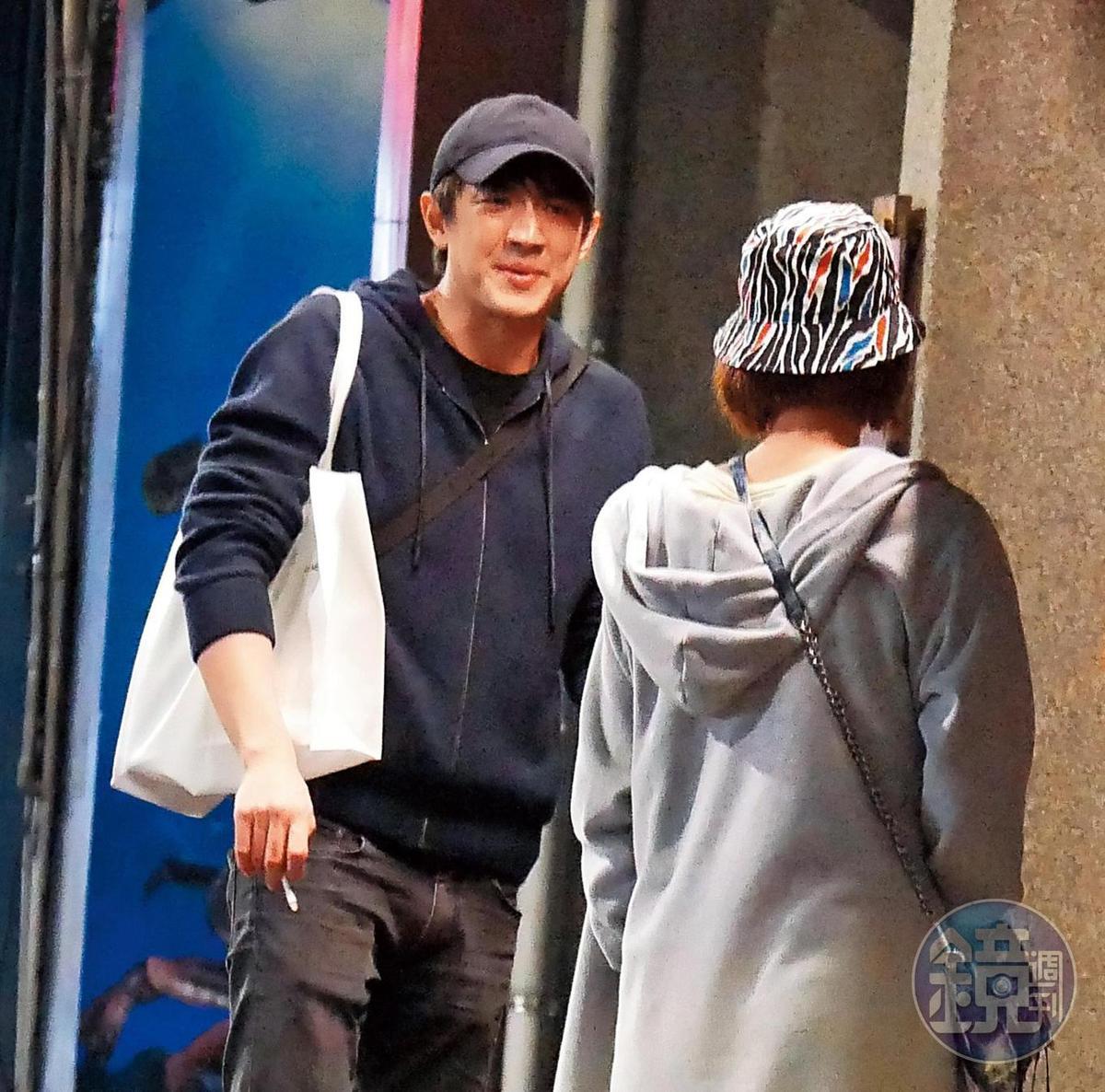 12月27日04:20,林更新貼心地幫女友背白提袋,並四目相對聊天,足見2人交情匪淺。