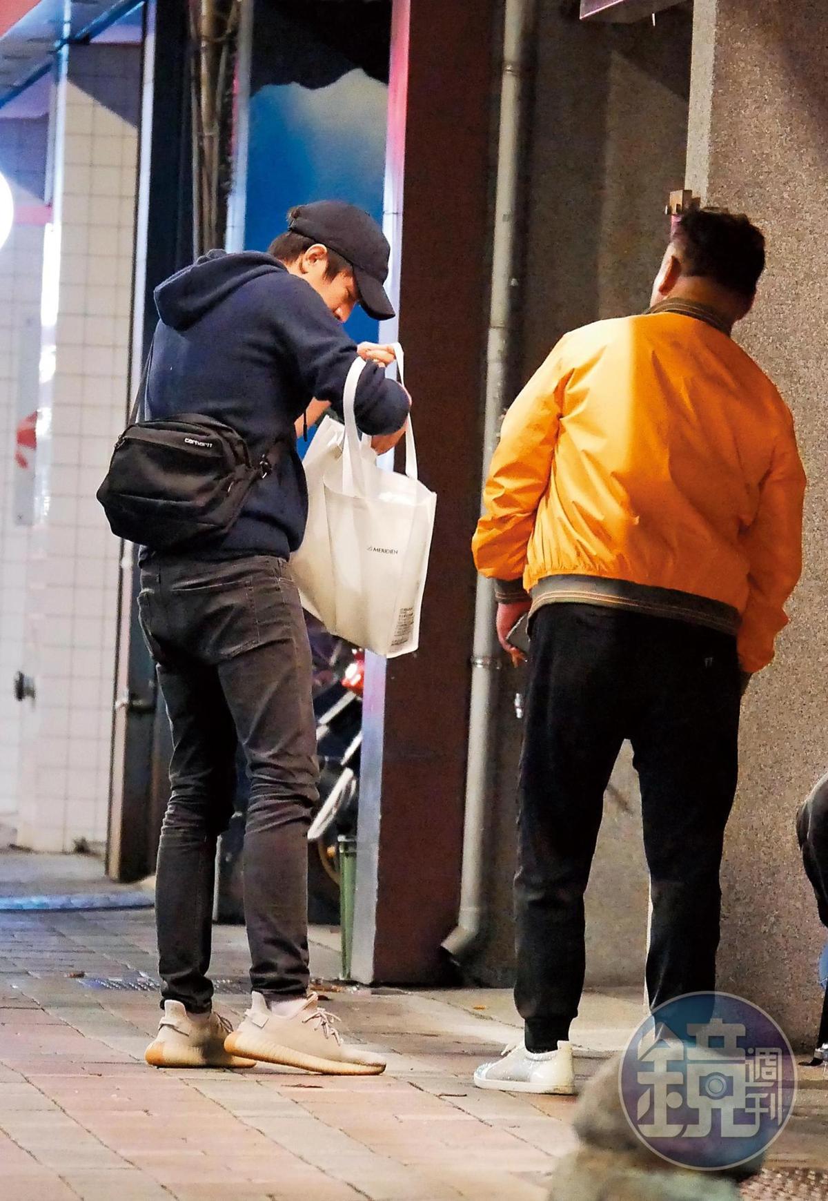 12月27日04:19,抽完菸後,林更新接過新女友的白提袋幫忙拿,還不時從袋裡掏東西。
