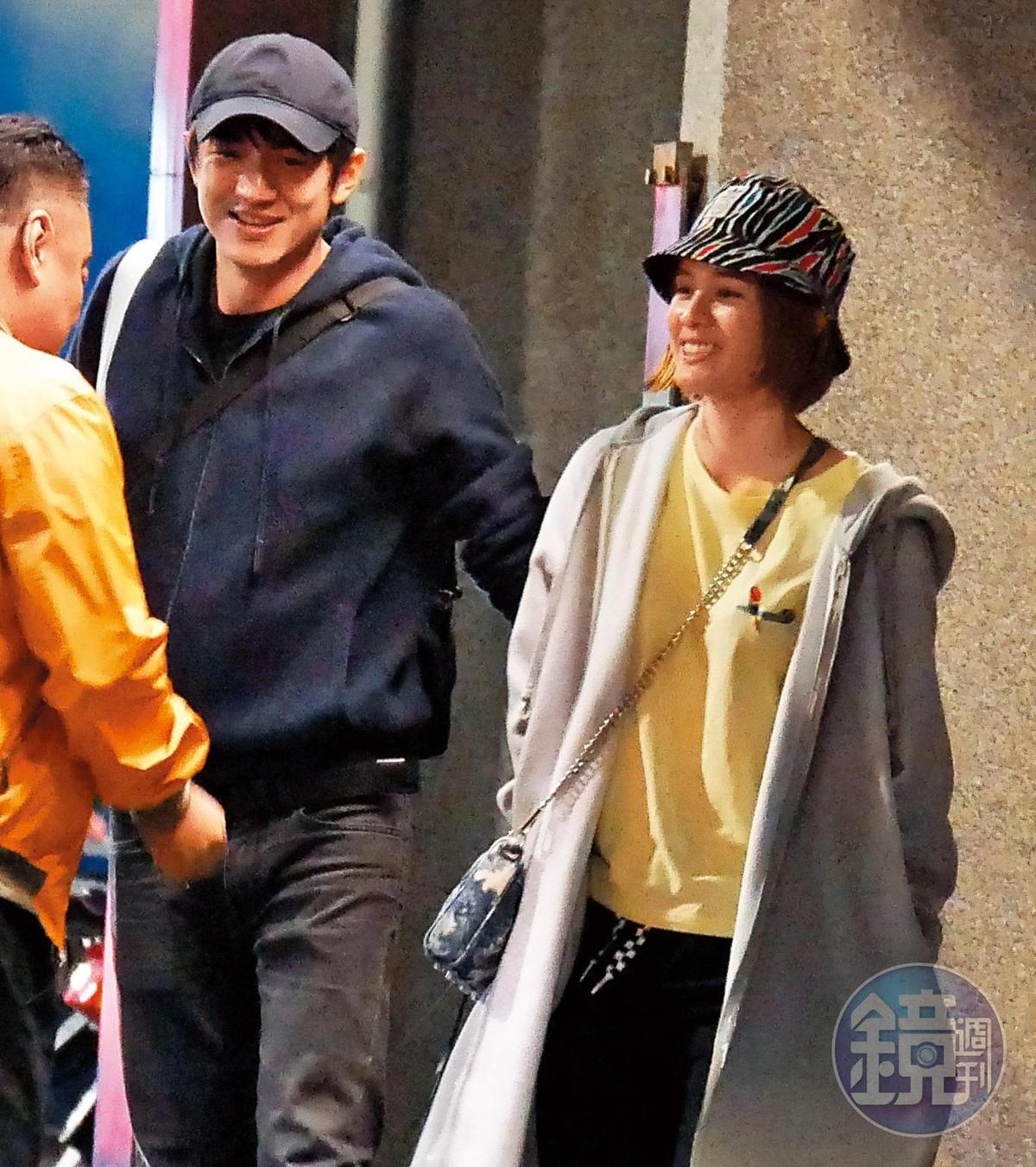 12月27日04:21,林更新一群人準備離去,他和女友還先行離開準備去買東西。