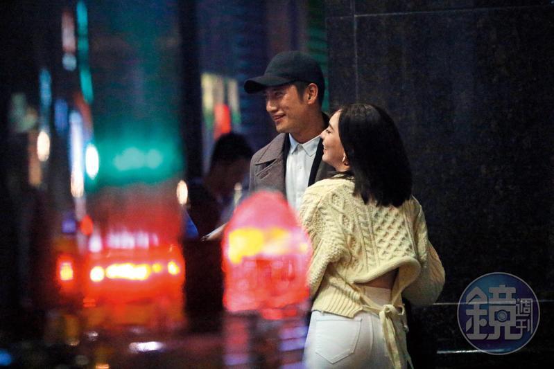 去年耶誕節,本刊直擊周孝安和小模Ariel在台北市東區街頭,Ariel整個人貼上周孝安,模樣親密。