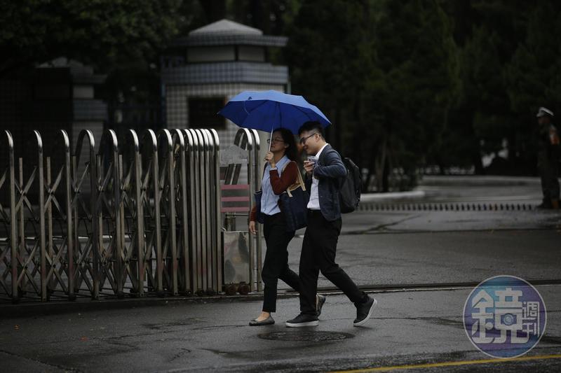 今明兩天北台灣整天濕涼,北部及東半部有局部雨,今晚至明晨降溫明顯。