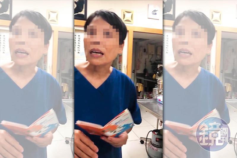 身穿藍衣拿著狗狗健康護照為寵物進行檢診的,就是「無照女獸醫」林美玲。(讀者提供)