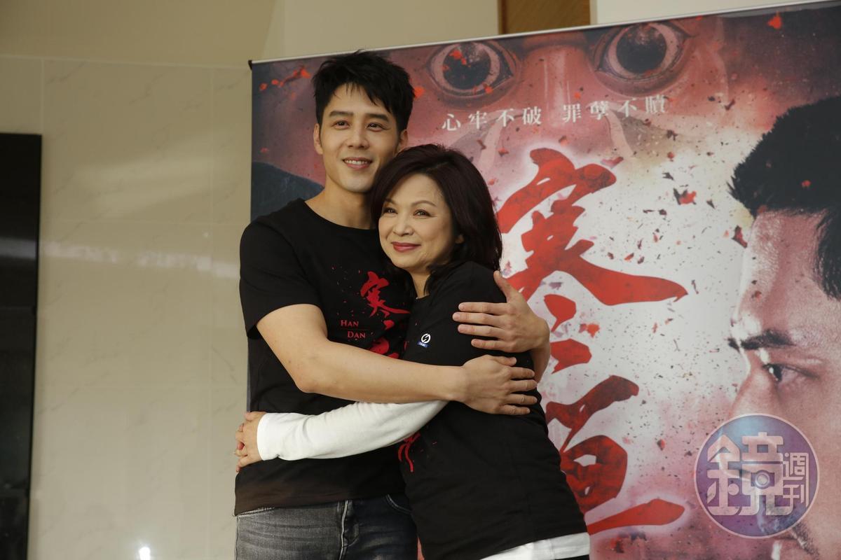 戲裡母子戲十分感人的楊貴媚(右)和胡宇威,戲外也感情融洽。