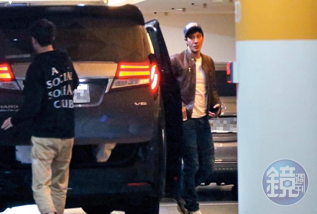 1月3日19:13,王力宏從黑色車下來,準備前往成龍邀約的飯局。