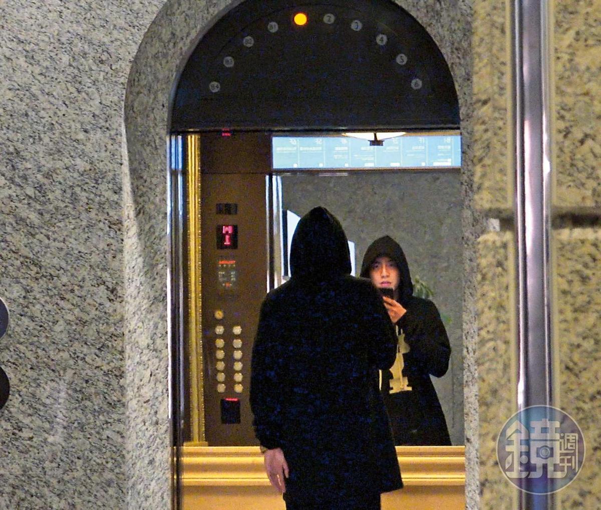 1月3日19:11,王大陸赴成龍飯局,進了電梯卻不關門,看似忙著拿手機錄音,還要對著鏡子,滿自戀的。