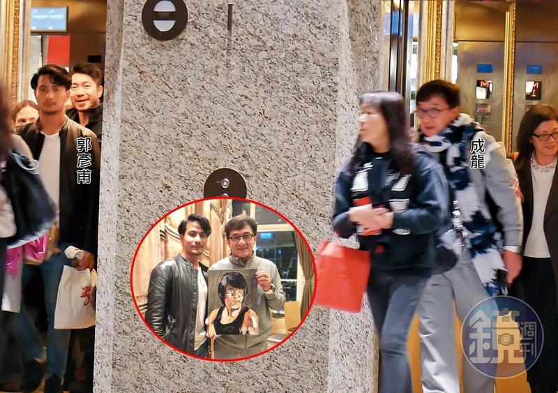 1月3日22:02,參加成龍(右)飯局的人分乘2部電梯離開,裡面竟有看似和成龍從無交集的郭彥甫(左),頗令人意外。