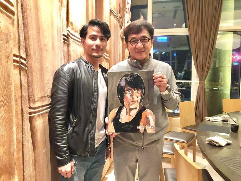 郭彥甫以成龍《快餐車》的造型,為成龍畫了一幅肖像畫,也算是另一種向偶像告白。(翻攝自郭彥甫臉書)