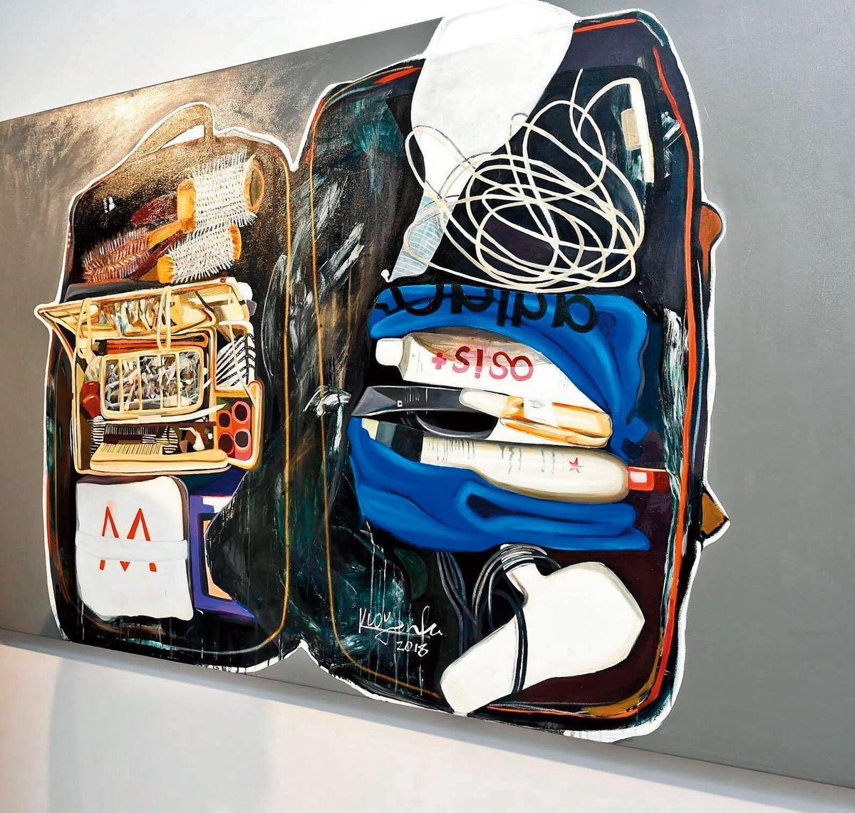 郭彥甫這幅以「行李箱」為題材的畫作被策展人選中在羅浮宮的卡爾賽廳展出,不過卻遭酸「付錢就能辦展」。(翻攝自郭彥甫臉書)