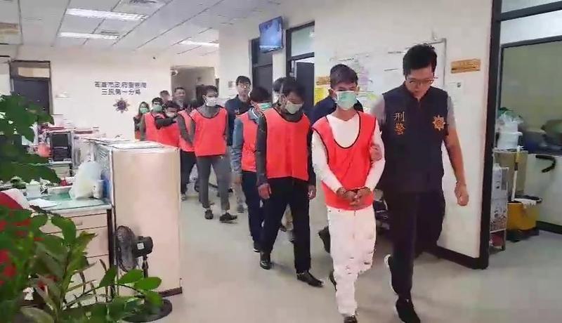 警方以車追人,抓到4名「觀宏專案」脫團的越籍移工及4名逾期居留越南籍旅客。(警方提供)