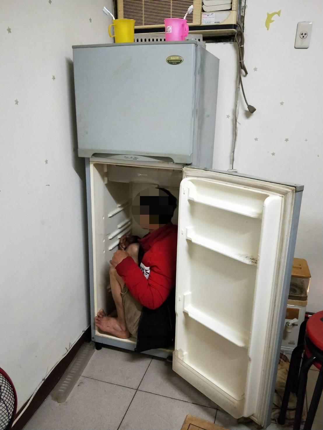 綽號叫阿達的移工因身形瘦小躲在冰箱裡,以為可以躲避追查,還是被警方逮捕。(警方提供)