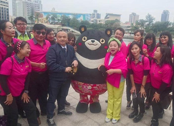 高雄市觀光局長潘恆旭(深色外套)提出「柴山冷泉變溫泉」的說法,引發網路熱議。(翻攝自潘恆旭臉書)
