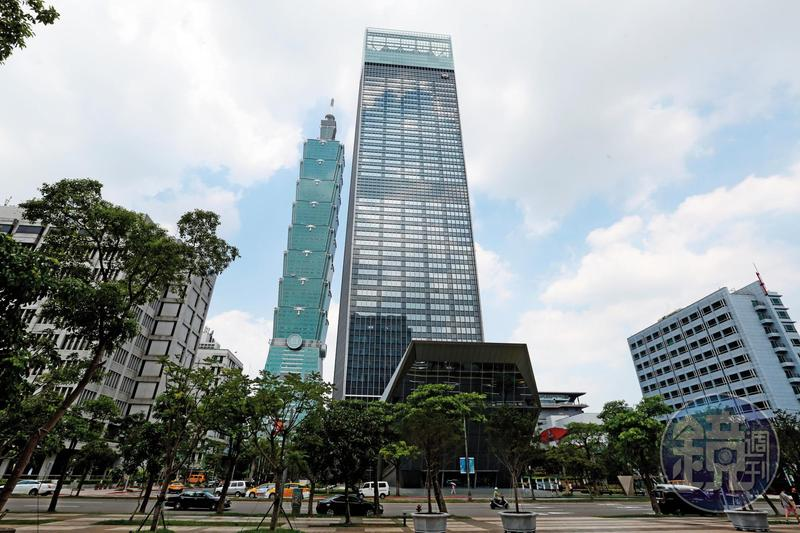 位在台北101旁邊的南山廣場大樓,總樓地板面積近20萬坪。