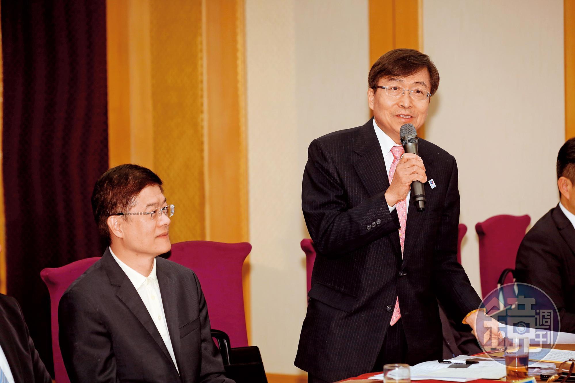 律師李永然(左2)認為,越南媒體取得的2份官方文件有助於進一步釐清案情。