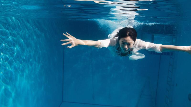 在新作《玩命貼圖》中,任容萱挑戰綁鉛塊入水演戲,過程頗有風險。(星泰娛樂提供)