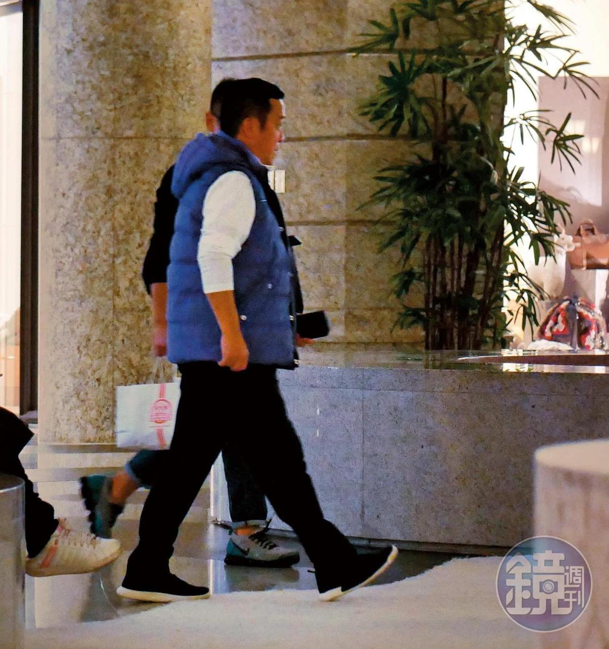 1月3日21:47,曾志偉最近剛好在台灣準備開拍《聖人大盜》,成龍揪吃飯當然少不了他。