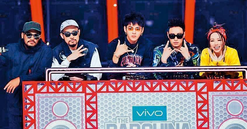 潘瑋柏(右二)因參加大陸綜藝節目《中國新說唱》等節目,人氣再度翻漲。(愛奇藝提供)