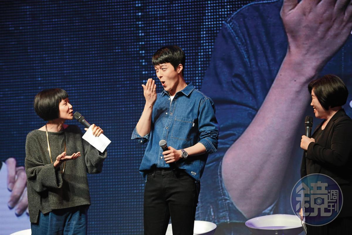 到了見面會上,張基龍(右)跟DJ阿娟(左)的嘴巴也在比誇張的,而且平常DJ阿娟就已經夠沒包袱了。