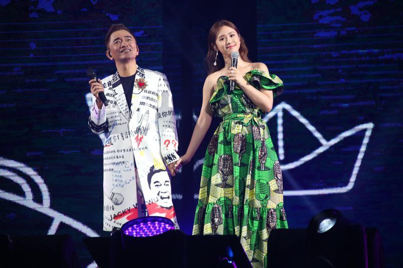 吳宗憲跟女兒吳姍儒在台北小巨蛋攜手開唱的畫面,確定在高雄場看不到了。(華貴娛樂提供)