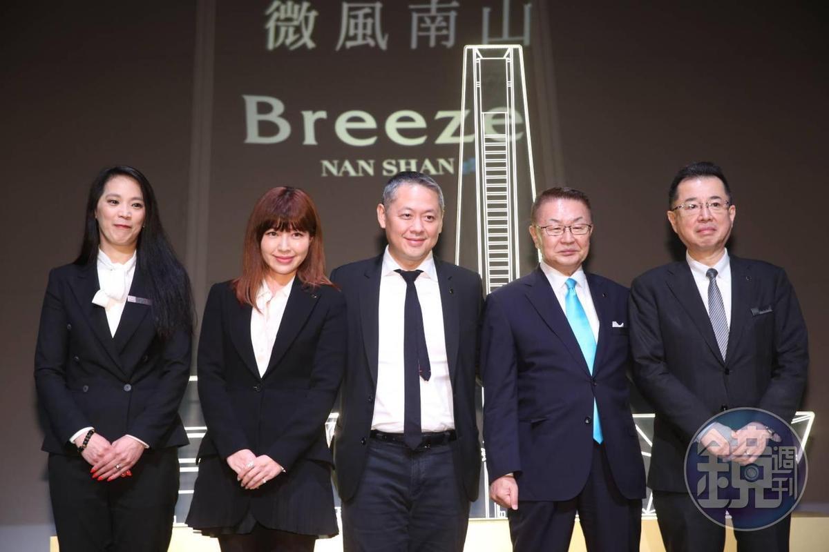 微風廣場董事長廖鎮漢帶領高階主管一同現身,宣告微風南山即將開幕。
