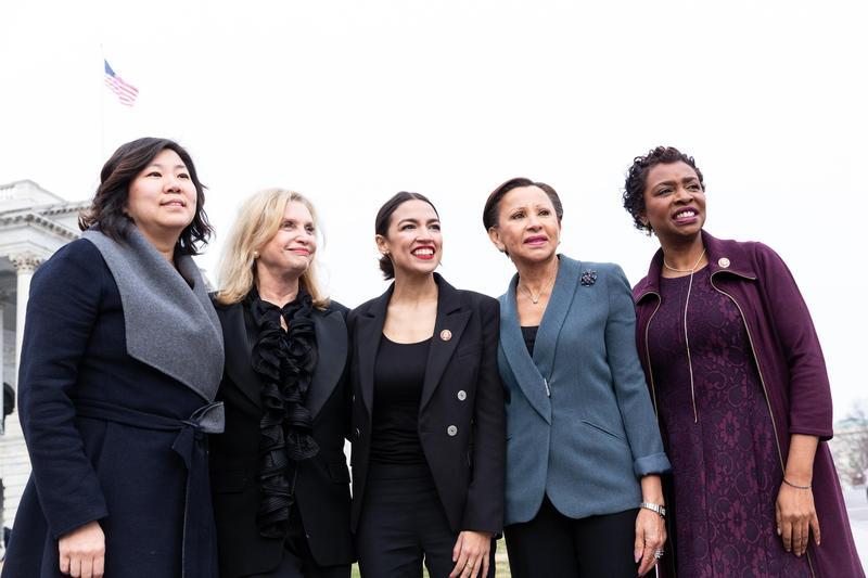2019年1月4日,五位來自紐約州的民主黨女性眾議員在國會合影。左起台裔的孟昭文(Grace Meng)、馬龍妮(Carolyn Maloney)、奧卡修柯蒂茲(Alexandria Ocasio-Cortez)、薇拉奎茲(Nydia Velazquez)、克拉克(Yvette Clarke)。(東方IC)