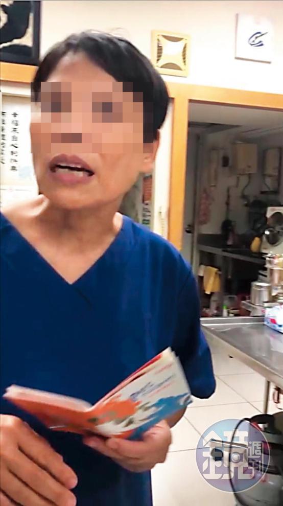 身穿藍衣拿著狗狗健康護照為寵物進行檢診的是「無照女獸醫」林美玲。(讀者提供)