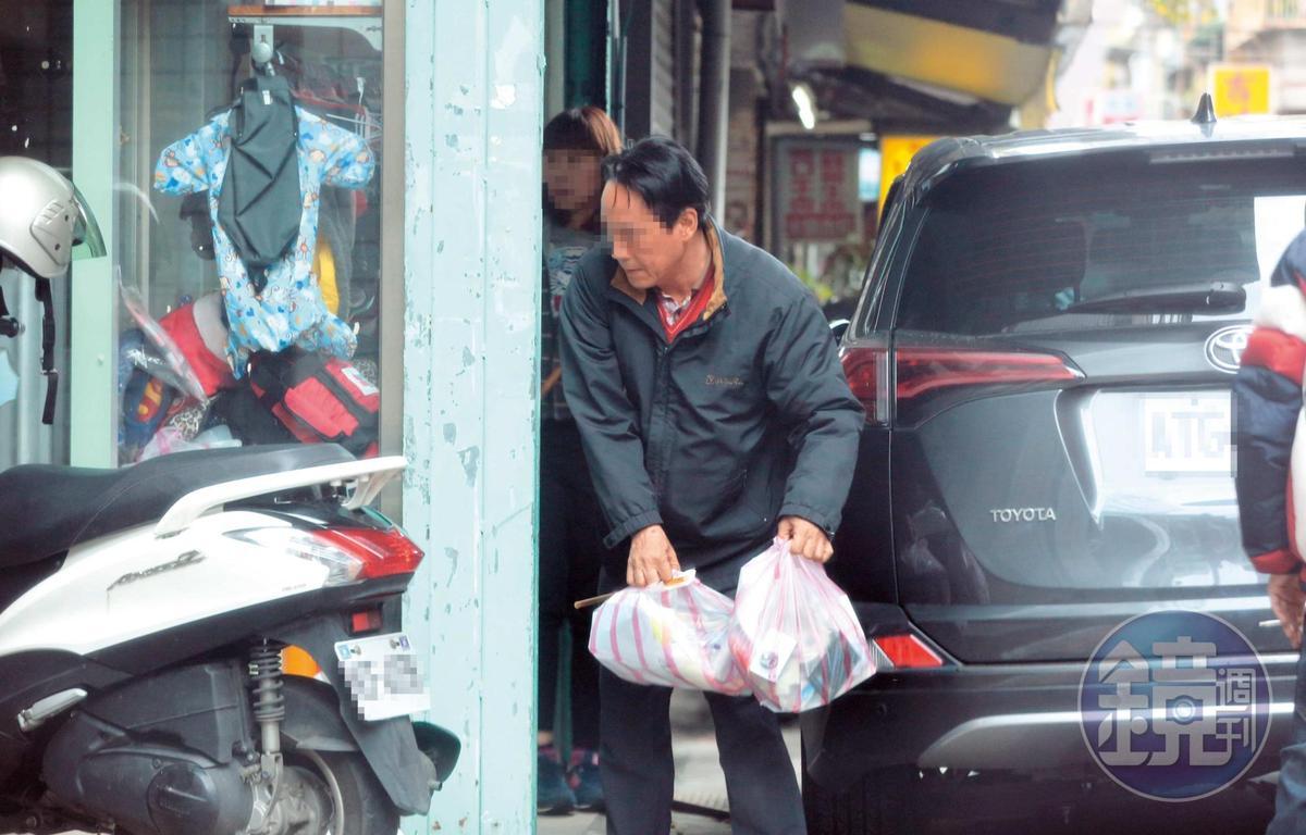 陳姓獸醫師正從和的獸醫院搬東西到龍江獸醫院。