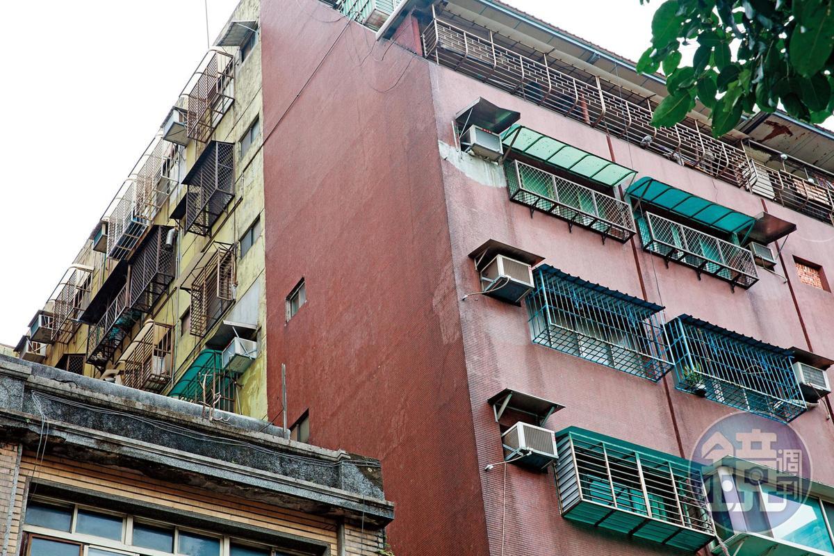 妙天兒子將這棟屋齡37年的大樓6樓,違法改建成信徒宿舍,卻造成樓下住戶漏水,有家歸不得。