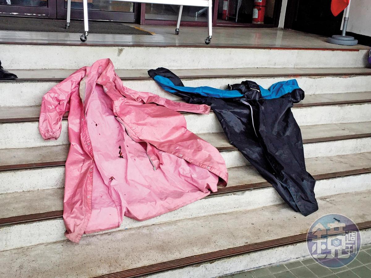 2嫌穿著雨衣犯案,警方還一度誤認他們是夫妻,調閱監視器才確認身分。