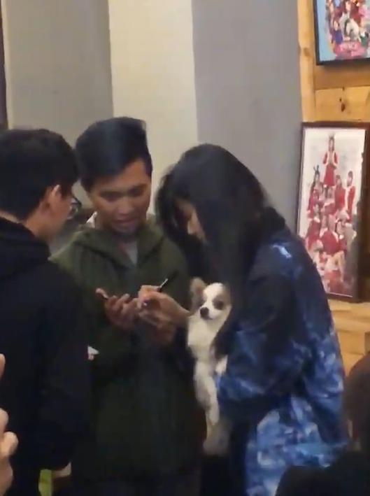 網友用手機拍下照片,即使是側面都難掩周子瑜清秀美麗的五官。(民眾提供)
