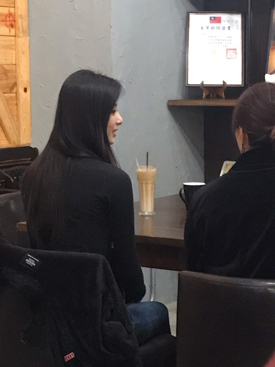網友拍到野生周子瑜現身台南咖啡廳。(民眾提供)