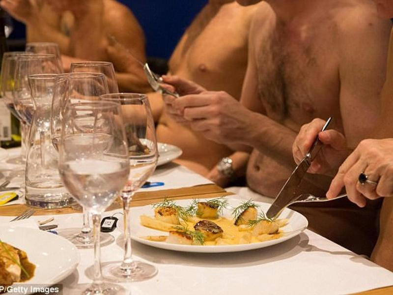 根據裸體餐廳規定,消費者入內用餐要脫光光,衣物、手機、相機等都要留在衣帽間,防止客人遭偷拍。(翻攝自O'naturel官網)