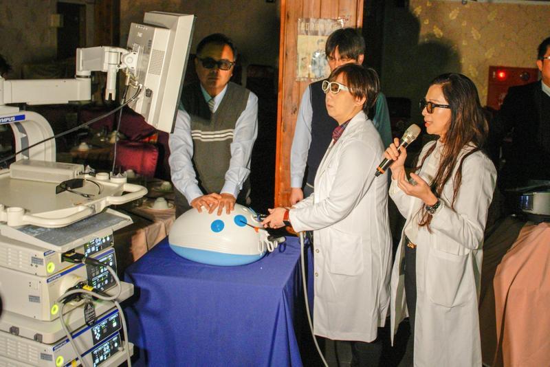 中國醫藥大學新竹附設醫院大腸直腸外科團隊示範操作「3D腹腔鏡影像系統」。(中國醫藥大學新竹附設醫院提供)