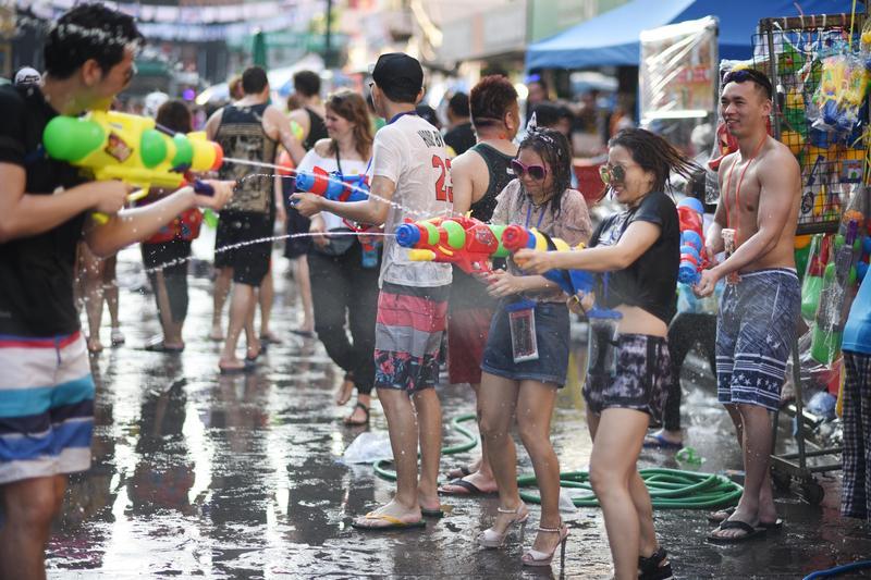 泰國潑水節吸引大量觀光客前往考山路附近同樂。(東方IC)